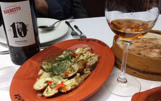 Chalet Vicente Filetes de peixe-espada preto e bolo de caco Chalet Vicente Almoço no Chalet Vicente Blend All About Wine Lunch at Chalet Vicente bolo do caco
