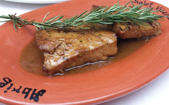 Chalet Vicente Bifinhos de atum com molho de vilão Chalet Vicente Almoço no Chalet Vicente Blend All About Wine Lunch at Chalet Vicente small tuna steaks