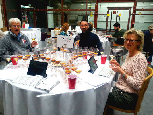 Blend-All-About-Wine-Gold-Seekers-Going-for-Gold-Nick-Oakley-Claudio-Martins-Madeleine-Stenwreth À procura do Ouro: O Vinho Português ao Microscópio À procura do Ouro: O Vinho Português ao Microscópio Blend All About Wine Gold Seekers Going for Gold Nick Oakley Claudio Martins Madeleine Stenwreth
