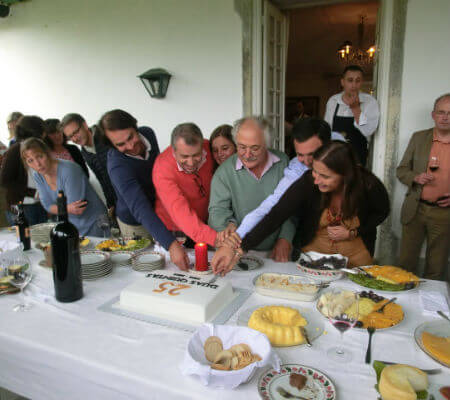 Blend-All-About-Wine-The-25-years-of the Duas Quintas wine-opening the cake